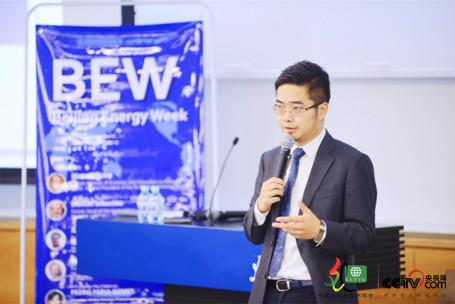Sheng Yan, one of BEW founders and a Columbia alumnus making a speech