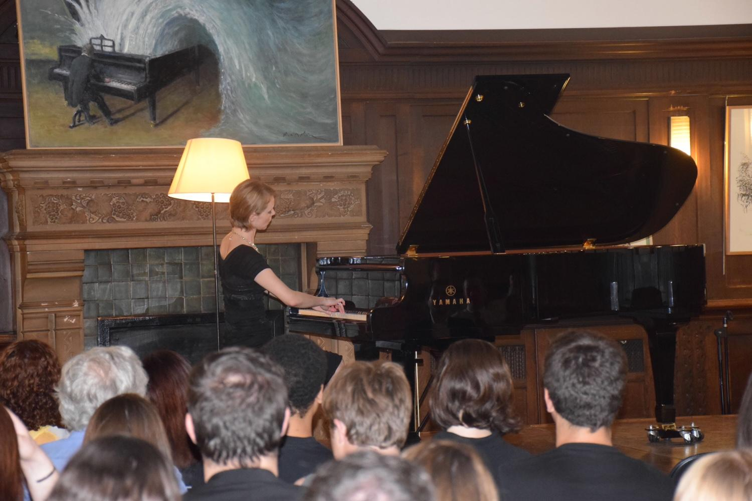 Magdalena Baczewska playing the piano in the Grande Salle